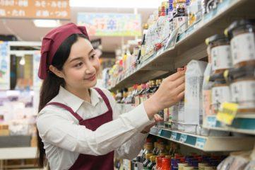 前出しをするスーパーの従業員