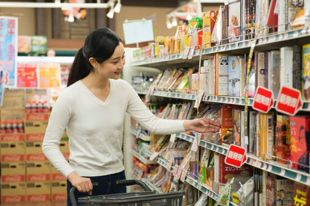 スーパーで商品を手に取る女性