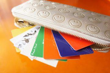 財布とたくさんのポイントカード
