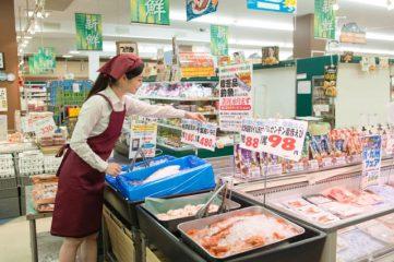 鮮魚部門の女性従業員