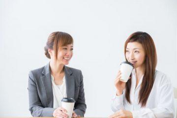 おしゃべりする女性たち