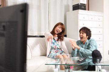 TVを観て笑いあうカップル
