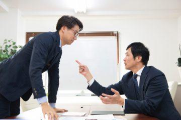 言い争う男性上司と男性部下