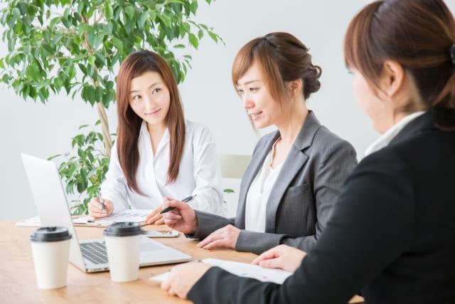 仲良く話をする職場の女性グループ