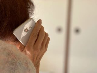 電話する高齢者